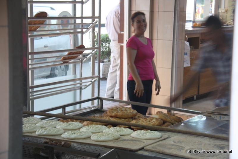 Pracowniczka piekarni a to się krygowała, a to pozowała do zdjęcia ;)