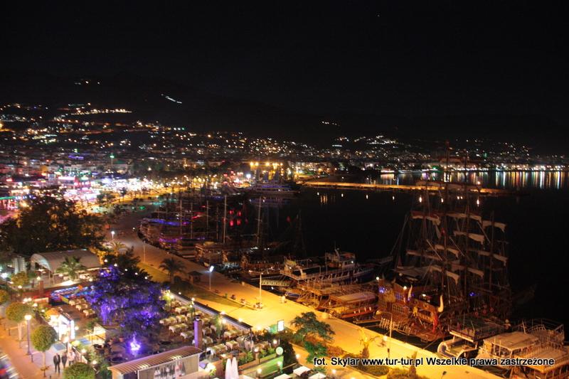 Alanijski port w nocy