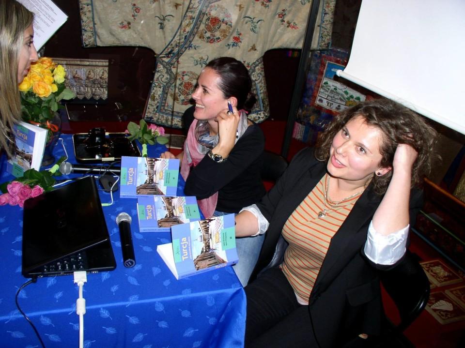 Agata Be i Agata Wu podczas pierwszego spotkania promującego książkę, październik 2011, Warszawa