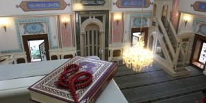 Koran i tespih (różaniec). Widok z piętra dla kobiet.