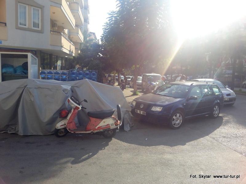 Że niby jest dzisiaj bazar, to można parkować jak się chce? No w sumie racja. I nie szkodzi, że to akurat przejście z chodnika na ulicę, pokonywane codziennie przez dziesiątki osób. Obejdą sobie... ulicą?!