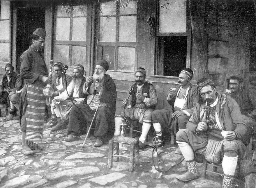 Kawiarnia w Stambule w czasach osmańskich, nieodłącznie związana z paleniem nargili (fajki wodnej). Source: Wikipedia